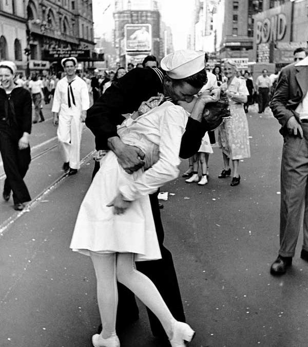 """Alfred Eisenstaedt's """"V-J Day in Times Square"""" Homage Covers"""