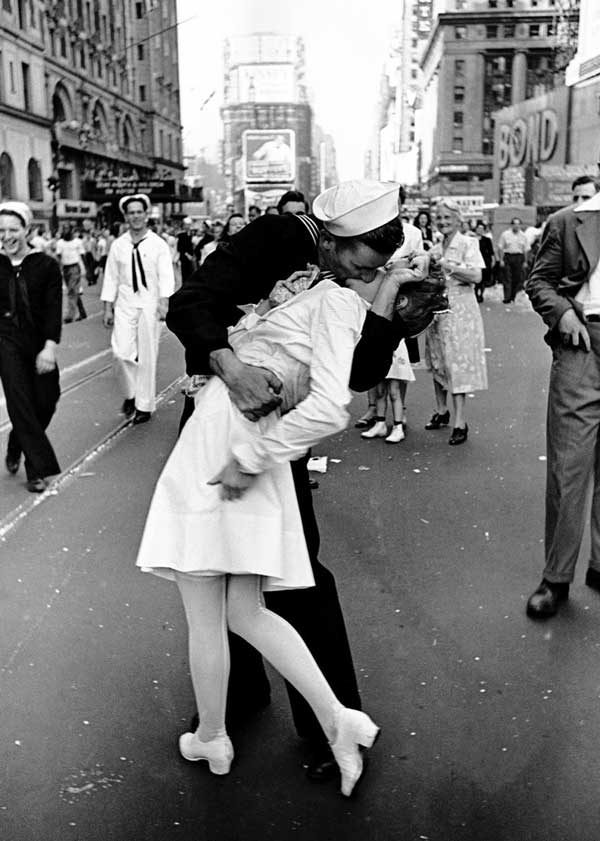 "Alfred Eisenstaedt's ""Kissing on VJ Day"" (1945)"
